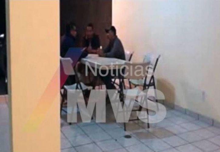 No es la primera ocasión que se revelan imágenes del líder de los Caballeros Templarios en reuniones. (Captura de pantalla/Noticias MVS)