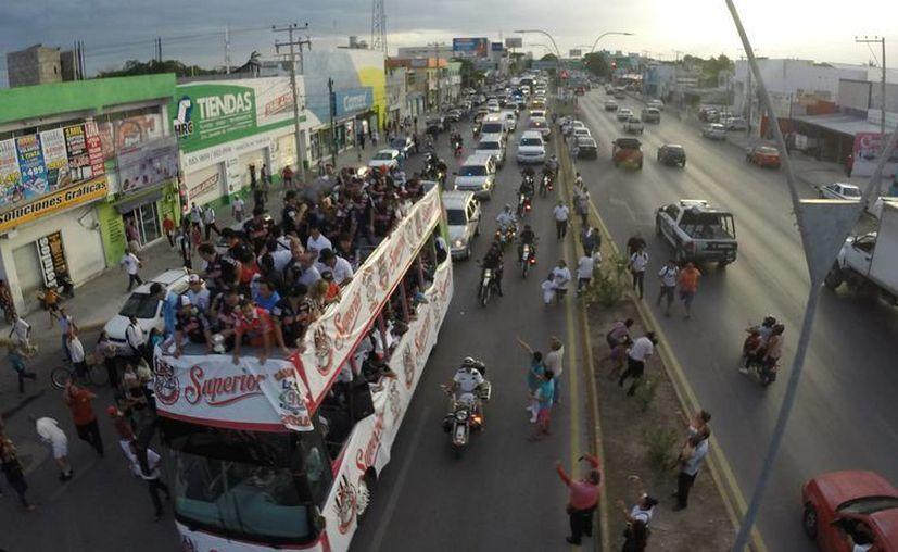 El autobús de la organización de bengala durante el desfile. (Israel Leal/SIPSE)