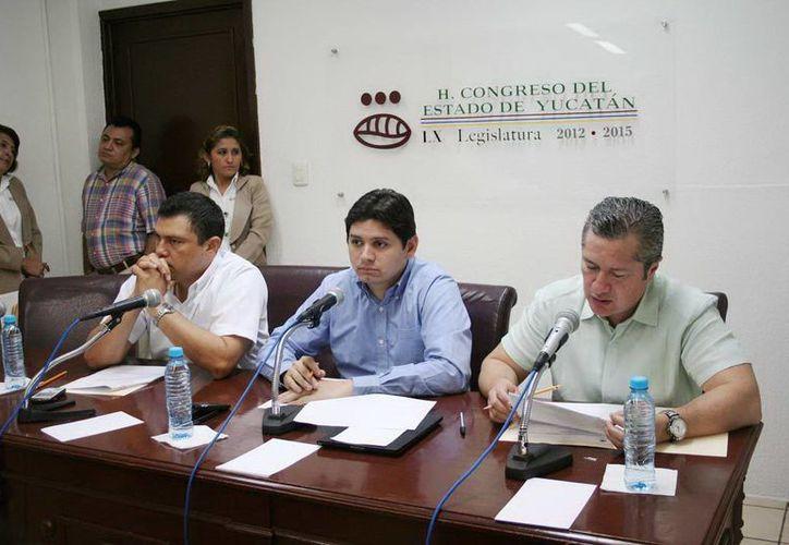 El legislador Dafne López (i) solicitó una ficha técnica que contenga los principales objetivos de la Iniciativa. (Foto: cortesía)