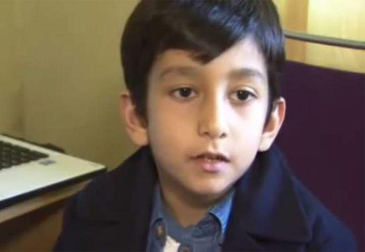 Fotografía de Humza Shahzad quien se perfila para ser un futuro genio de las computadoras. Es el más joven hasta el momento en aprobar los exámenes profesionales de Microsoft. (Captura de pantalla de YouTube/Youngest Microsoft Office Specialist)