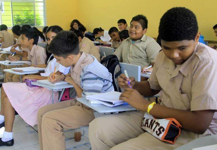 Cada año, miles de estudiantes esperan ocupar una silla en las aulas. (Milenio Novedades)