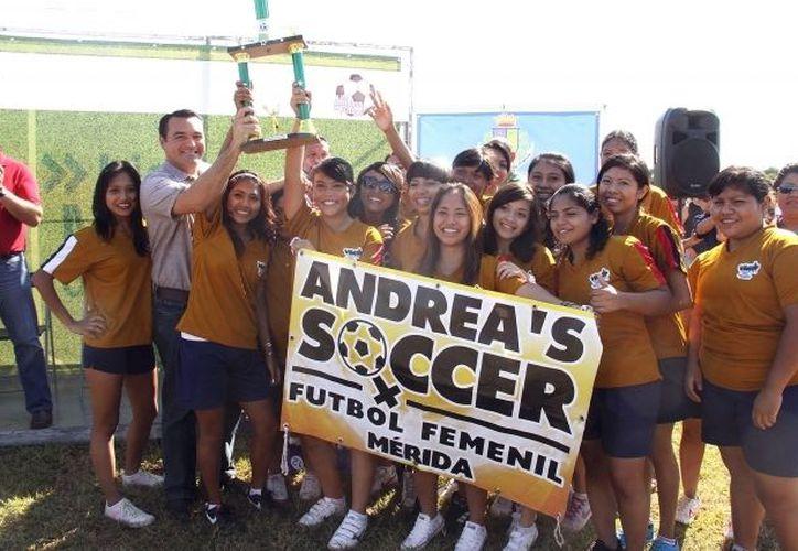 Equipo femenil Andrea's Soccer que participa en la Liga Meridana. (Milenio Novedades)