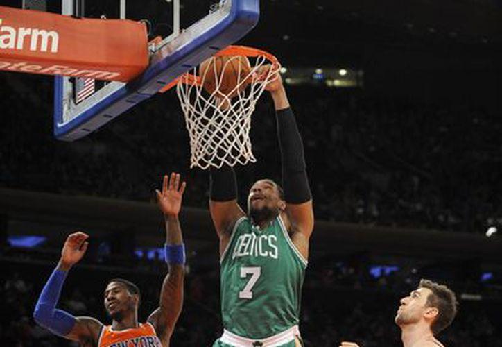 Jared Sullinger (c) de los Celtics de Boston en pleno enceste durante el partido que sostuvieron contra los Knicks de Nueva York. (Agencias)