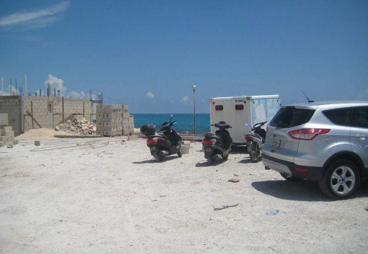 En Isla Mujeres sólo existen dos espacios destinados como estacionamientos públicos. (Lanrry Parra/SIPSE)