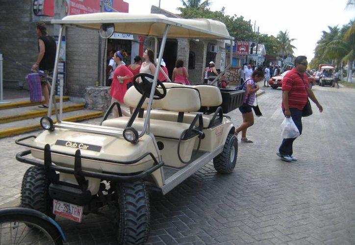 Empresas ponen en funcionamiento otros carritos de golf para satisfacer la demanda de los visitantes. (Lanrry Parra/SIPSE)