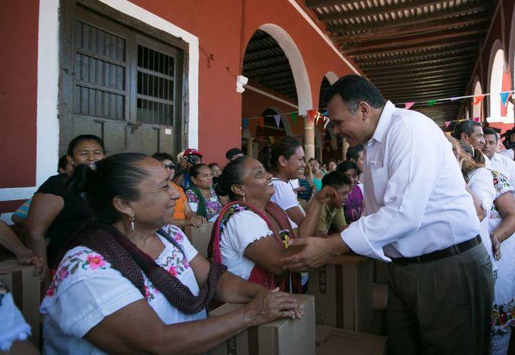 El gobernador de Yucatán, Rolando Zapata, durante su visita a Halachó, donde presidió el inicio de entrega de miles de estufas ecológicas. La entrega se hará extensiva en pocos meses a otros municipios. (Foto cortesía del Gobierno de Yucatán)