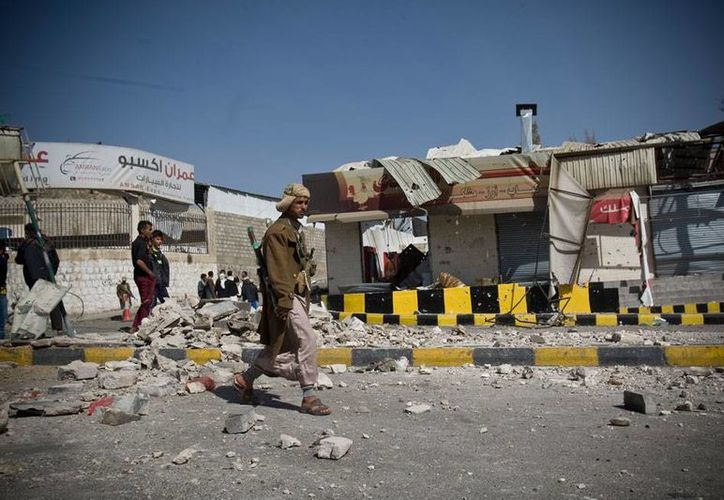Edificios dañados tras el ataque rebelde contra el Palacio Presidencial y la residencia del presidente Abed Rabbo Mansour. (AP)