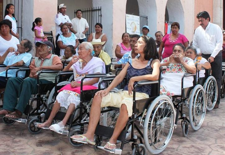 Desde este día, los ancianos motuleños beneficiados podrán mejorar su movilidad gracias a una silla de ruedas. (Cortesía)