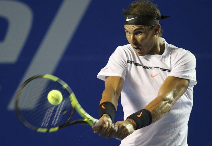 Nadal señaló que es difícil para los principales tenistas ajustar su calendario para incluir la Davis. (AP/Enric Marti)