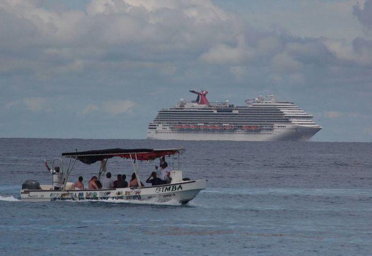 Tras evitar ayer que el crucero Carnival Magic atraque en Cozumel por tener a una pasajera que estuvo en contacto con el virus del ébola, hoy se establecerán criterios marítimos para casos similares.  (Gustavo Villegas/SIPSE)