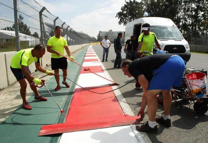 El Autódromo Hermanos Rodríguez está casi listo para albergar el Gran Premio de México de Fórmula Uno. La pista, al estar en un parque público, es utilizada por deportistas aficionados tanto para correr, como para rodar en bicicleta o en patines. (EFE)