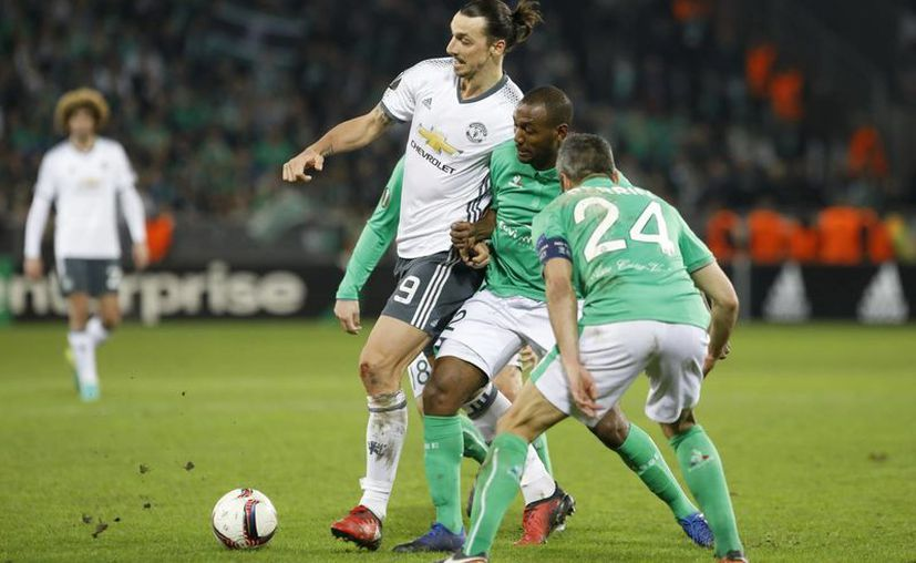Manchester United venció al Saint Etienne, con solitaria anotación del armenio Henrikh Mkhitaryan. En la foto, Ibrahimovic disputa el balón.(Laurent Cipriani/AP)