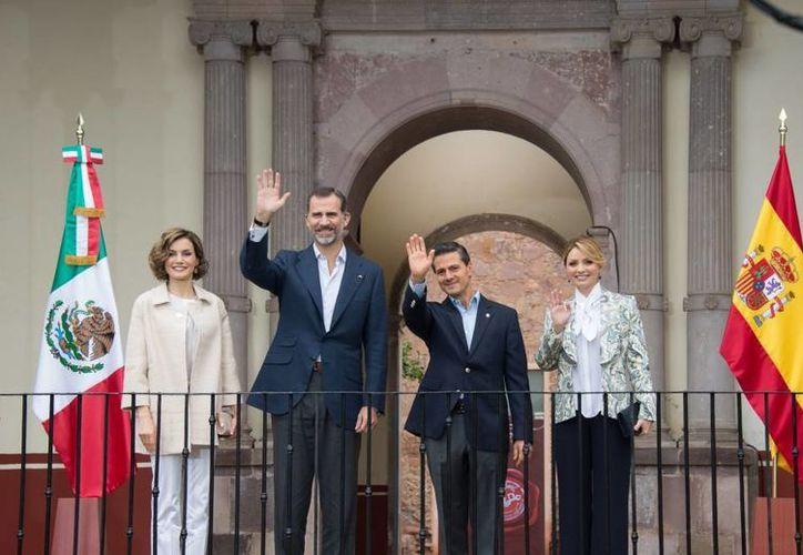 Enrique Peña Nieto y su esposa, Angélica Rivera, acompañados de los reyes de España, Felipe VI y Letizia, a su llegada en Zacatecas. (Presidencia)