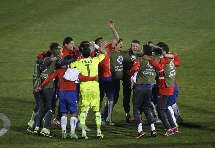 Chile se encuentra a un partido de ganar por primera vez la Copa América. En la foto, jugadores celebran el pase a la final. (AP)