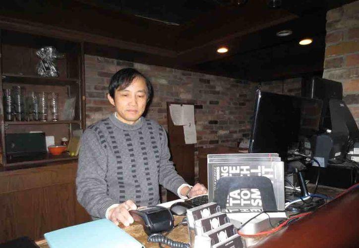J. R. Feng., propietario de O.Noir, restaurante que ofrece la experiencia de comer o cenar sin celulares ni velas, sin luz. (Notimex)