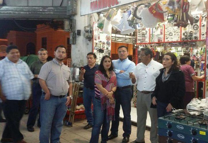 Regidores durante un recorrido por las obras del mercado Lucas de Gálvez. (SIPSE)