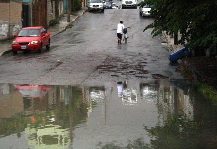 Algunas calles del centro de Playa del Carmen registraron encharcamientos a causa de las lluvias de ayer. (Octavio Martínez/SIPSE)