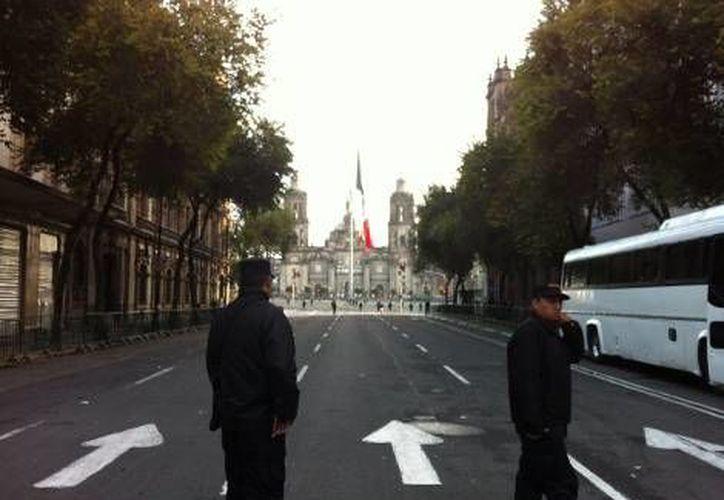 Elementos del Estado Mayor Presidencial y policías federales resguardan la Plaza de la Constitución. (Milenio)