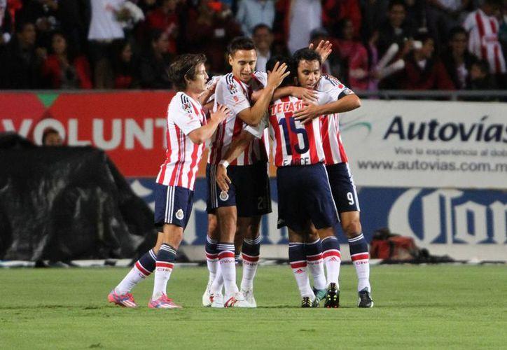 Omar Bravo (d) fue quien anotó el solitario gol con que Chivas de Guadalajara ganó y eliminó a Irapuato en Copa MX. (Foto de archivo de Notimex)