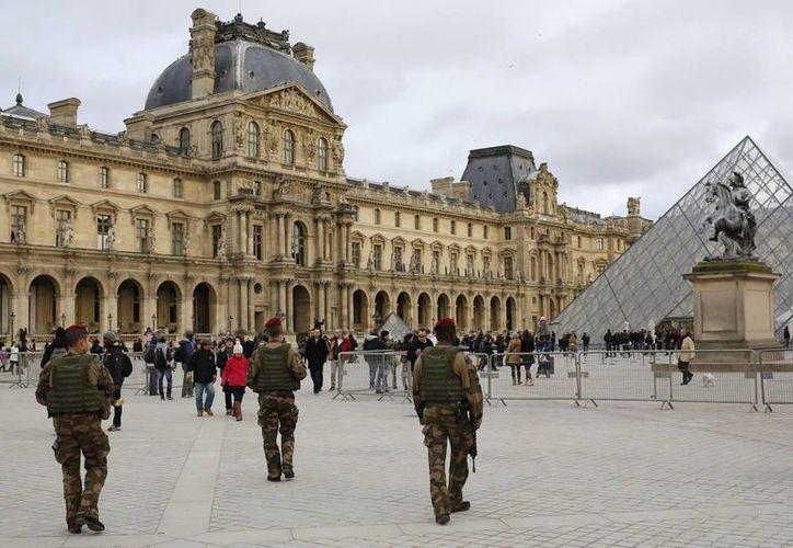 Soldados vigilan las afueras del Museo del Louvre en París, ciudad donde está prohibido filmar escenas de acción o persecución tras los hechos terroristas recientes. (Foto:Ap)