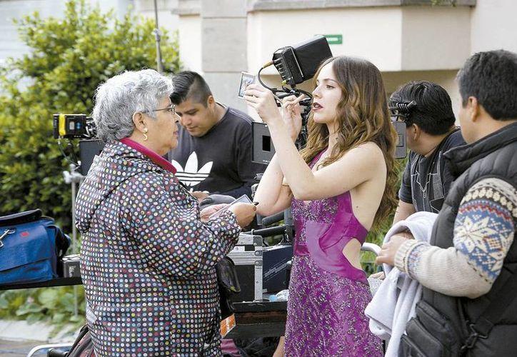 La actriz en el proceso de maquillaje en una locación del teleserie Señorita Pólvora. (Milenio Novedades)