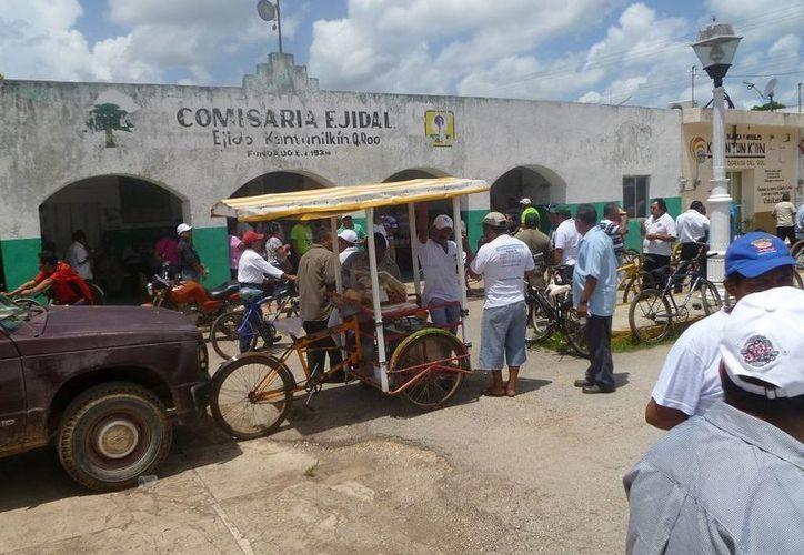 Los ejidatarios entregaron documentación en la Comisaría Ejidal. (Raúl Balam/SIPSE)