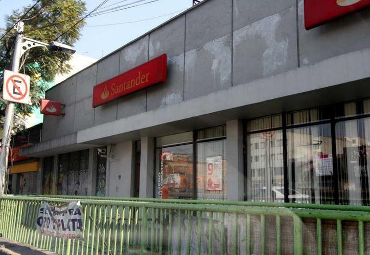Los bancos que ofrecen sus servicios dentro de almacenes comerciales y supermercados, abrirán al público en los horarios tradicionales. (Archivo Notimex)