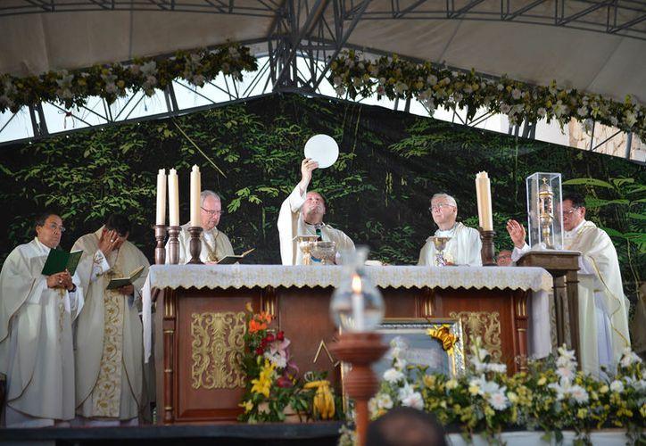 La misa fue oficiada por el nuncio apostólico, Franco Coppola, pese a encontrarse convaleciente por un accidente automovilístico. (Foto: Gustavo Villegas/SIPSE).