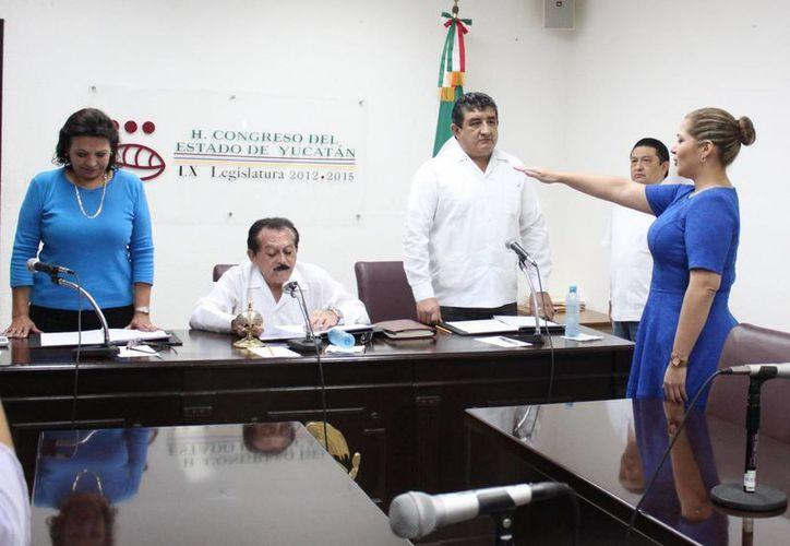 Adriana Martín Sauma rinde protesta como diputada del Congreso de Yucatán, en sustitución de Víctor Hugo Lozano Poveda. (SIPSE)