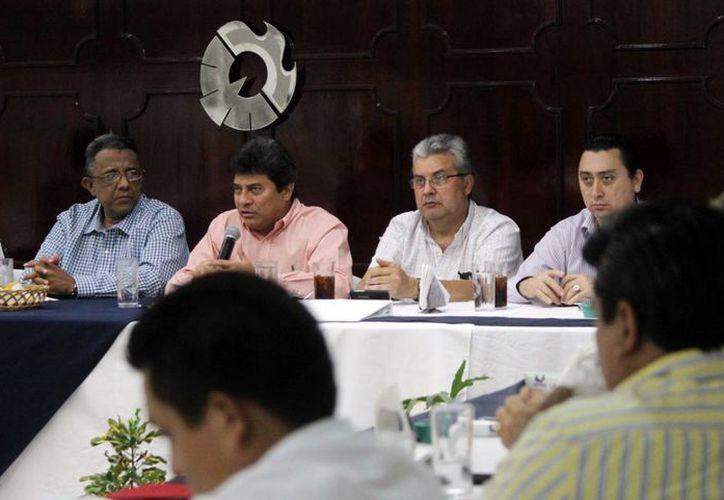 El fiscal Ariel Aldecua Kuk (segundo a la izquierda) en el encuentro con empresarios. (Milenio Novedades)