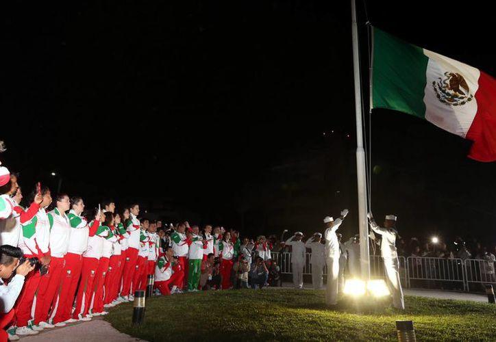 La bandera de México fue izada en Veracruz previo al inicio de los Juegos Centroamericanos. (Notimex)