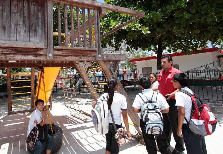 """Estudiantes solicitaron reparación del parque """"María Viana"""". (Cortesía/SIPSE)"""