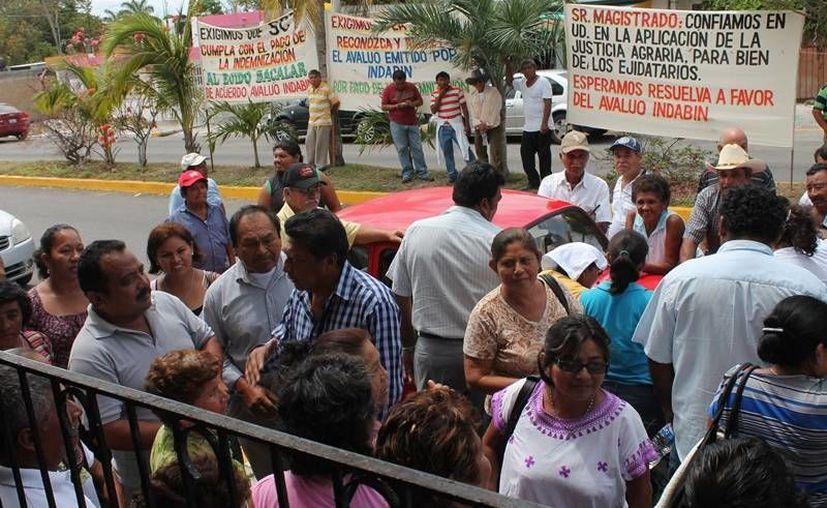 Los inconformes se se manifestaron ayer en el Tribunal Unitario Agrario de Chetumal. (Edgardo Rodríguez/SIPSE)