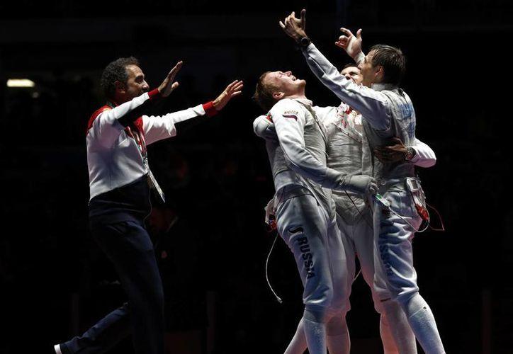 El duelo por la presea dorada en esgrima en Ríoi 2016 estuvo muy competida. Francia se lleva la plata y el bronce es para Estados Unidos. (AP/Vincent Thian)
