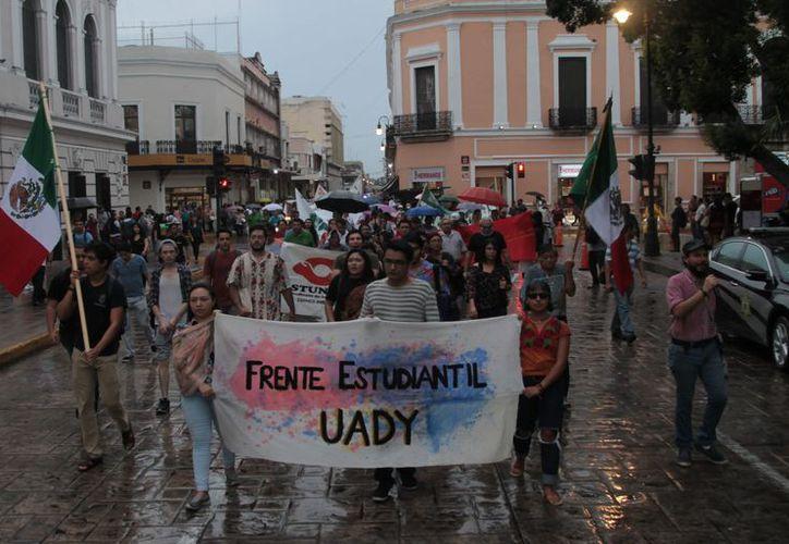 Integrantes de diversas agrupaciones se manifestaron contra el posible incremento al transporte. (Foto: Milenio Novedades)