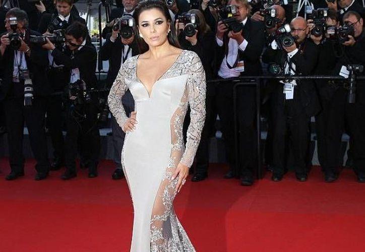 Eva Longoria, quien está en Cannes como embajadora de L'Oreal, dice que siempre la ha gustado estar detrás de cámaras. (AP)