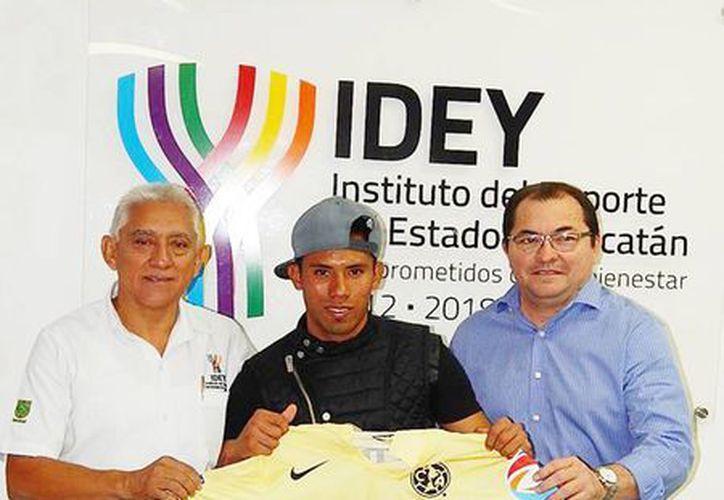 El jugador americanista regaló su playera a Juan Sosa Puerto (izquierda) durante su visita a las instalaciones del IDEY. (Milenio Novedades)