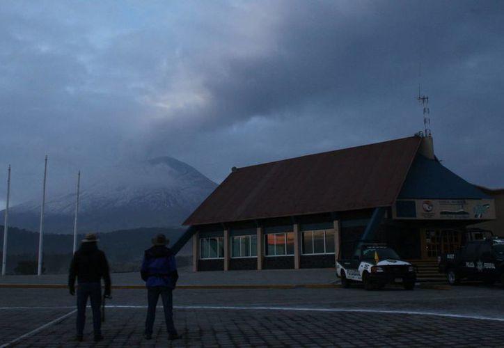 Las cenizas del Popocatépetl complican la visibilidad en la zona. (Notimex)