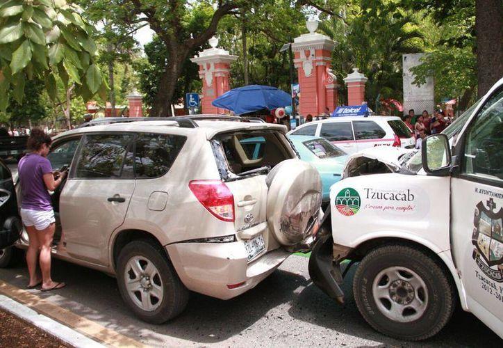 Una ambulancia se quedó sin frenos en la avenida Itzaes y provocó un choque contra otros dos vehículos. (Fotos: Jorge Acosta/ Milenio Novedades)