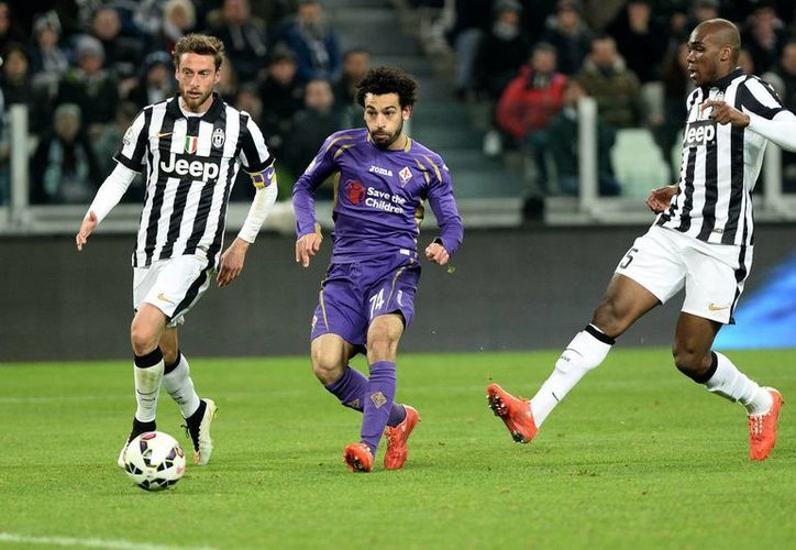 Mohamed Salah (c), de Fiorentina, tuvo uno de sus mejores partidos en lo que va de su carrera al anotarle dos veces a Juventus en Copa de Italia. (Foto: AP)