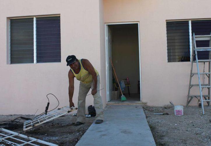 Antes de retirarse, Felipe Rojas Cruz, expresó que se pretenden otorgar 15 mil créditos de vivienda. (Harold Alcocer/SIPSE)