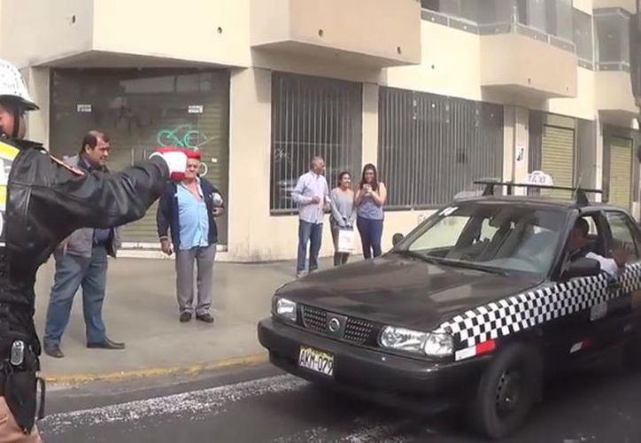Con sus movimientos aníma al equipo mientras los vehículos siguen su camino. (Foto: El  Perú)