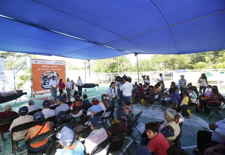 La entrega de los apoyos del Cobijón 2014 comenzó en Santa María Yaxché. (SIPSE)