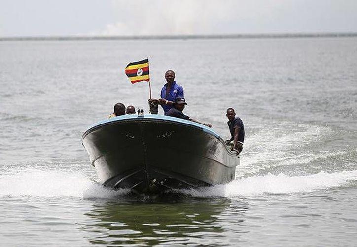 Miembros de la Policía Marítima de Uganda participan en una misión de rescate. (Archivo/Reuters)