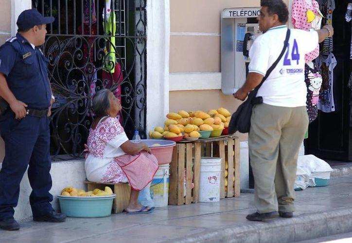 La venta ambulante continúa en el centro de Mérida. (SIPSE)