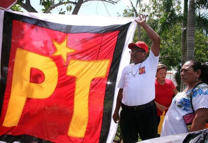 El Partido del Trabajo en Yucatán sólo alcanzó el 0.6 % de la elección. Imagen de un grupo de militantes con una manda del partido. (Milenio Novedades)