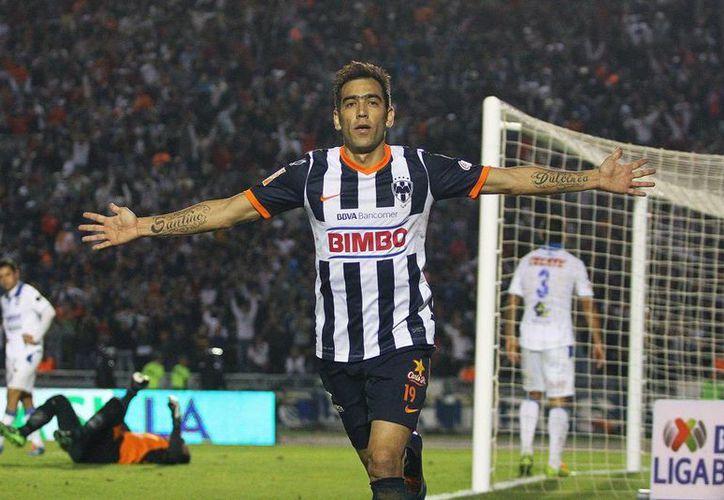 César <i>Chelito</i> Delgado celebra uno de los 3 goles con los que Rayados le pegó al líder Gallos Blancos de Querétaro. (Agencias)