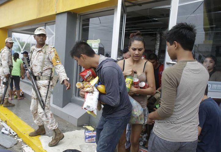 En Los Cabos, algunos establecimientos fueron saqueados por personas que aprovecharon los daños en las instalaciones. (AP)