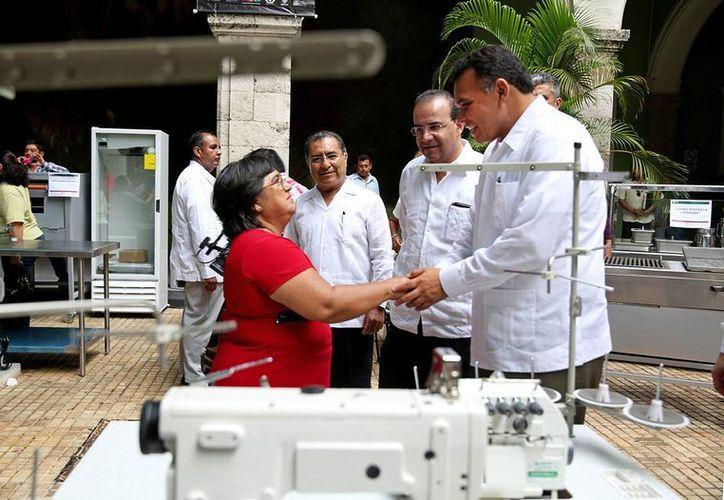 El gobernador Rolando Zapata Bello platica con una de las beneficiarias del programa de autoempleo. (SIPSE)