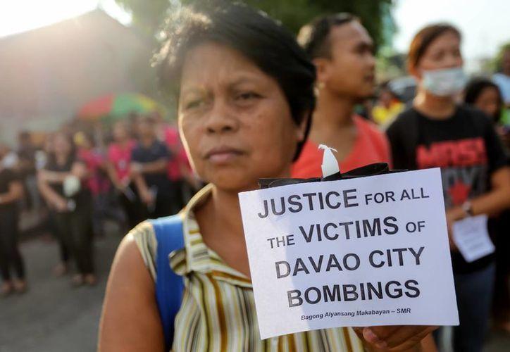 Residentes de Davao claman justicia por las víctimas del bombazo registrado el pasado 2 de septiembre en esa ciudad del sur de Filipinas. La violencia motivó al presidente Rodrigo Duterte a declarar el 'Estado de emergencia'. (AP/Manman Dejeto)